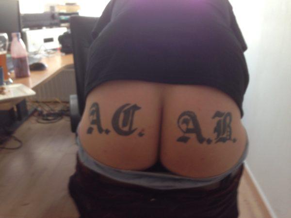 A.C.A.B. Tattoo am Arsch